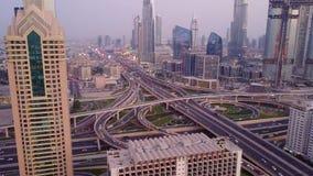 在现代摩天大楼的看法和繁忙的晚上高速公路天在迪拜市豪华街市  从塔的顶面鸟瞰图 库存图片