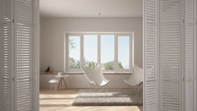 在现代最低纲领派客厅的白色折叠门开头有大窗口的,螺旋形楼梯,室内设计 免版税库存照片