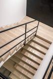 在现代样式的时髦的内部与木台阶 图库摄影