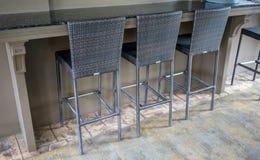 在现代样式的被编织的样式高脚椅子在木地板上 免版税库存图片