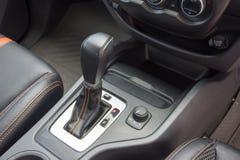 在现代汽车里面的自动变速杆 免版税图库摄影