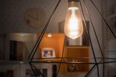 在现代灯的一个发光的电灯泡 免版税图库摄影