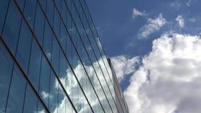 在现代玻璃大厦反映的蓝天的蓬松白色云彩 影视素材