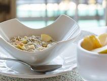 在现代空白碗的燕麦粥早餐 免版税库存图片