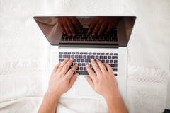 在现代膝上型计算机的一张顶视图在白色背景的卧室 免版税库存照片