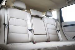 在现代豪华汽车的后面乘客座位 免版税库存照片