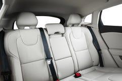 在现代豪华汽车,白革,窗口的后面乘客座位, 库存图片