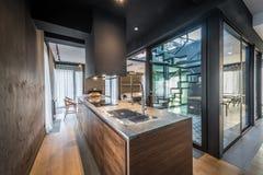 在现代豪华顶楼房屋公寓的厨房内部 图库摄影