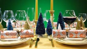 在现代金子、铜和白色题材的欢乐圣诞节午餐桌 库存图片
