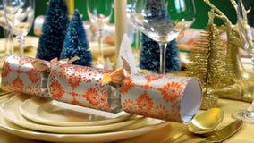 在现代金子、铜和白色题材的欢乐圣诞节午餐桌 免版税图库摄影