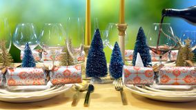 在现代金子、铜和白色题材的欢乐圣诞节午餐桌 库存照片