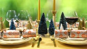 在现代金子、铜和白色题材的欢乐圣诞节午餐桌 免版税库存图片