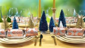 在现代金子、铜和白色题材的欢乐圣诞节午餐桌 图库摄影