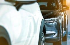 在现代陈列室里停放的新的豪华发光的SUV小型客车 售车行办公室 汽车零售店 r 免版税库存图片