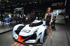 在现代N 2025年视觉Gran Turismo概念赛车的一个时装模特儿 免版税图库摄影