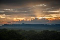 在现出轮廓的山的早晨日出 库存照片