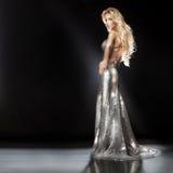 塑造美丽的年轻白肤金发的妇女佩带的闪烁的图片 库存照片