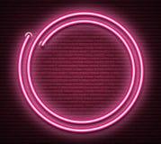 在现实砌墙壁上的桃红色圆的霓虹光亮牌 免版税图库摄影