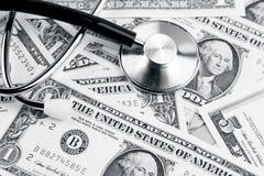 在现金的听诊器 免版税库存图片