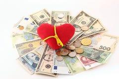 在现金的红色心脏 库存图片