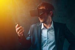 在现代事务,与VR的商人的未来派技术他 库存图片