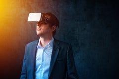 在现代事务,与VR的商人的未来派技术他 库存照片