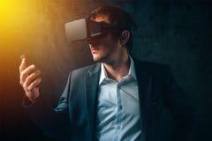 在现代事务,与VR的商人的未来派技术他 免版税库存图片