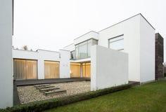 在现代住所的被设计的大阳台 免版税库存图片