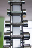 在现代体育俱乐部的哑铃 重量训练器材 库存图片