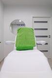 在现代健康秀丽温泉沙龙的椅子。内部 库存图片