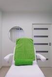 在现代健康秀丽温泉沙龙的椅子。治疗室内部。 免版税库存照片