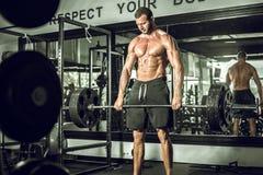 在现代健身房的Deadlifts 库存图片