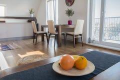 在现代公寓的厨房用桌 库存图片