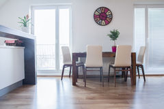 在现代公寓的厨房用桌 库存照片