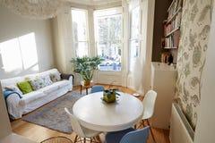 在现代公寓的开放学制生活范围 免版税库存图片