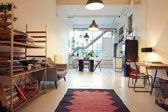 在现代公寓转换的开放学制生活范围 库存图片