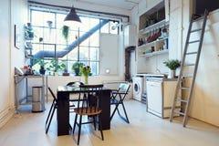 在现代公寓转换的开放学制生活范围 免版税图库摄影