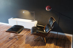 在现代内部第2个版本的黑舒适皮革扶手椅子 免版税库存图片
