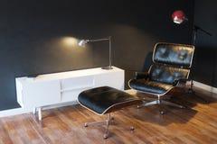在现代内部3d版本的黑舒适皮革扶手椅子 库存照片