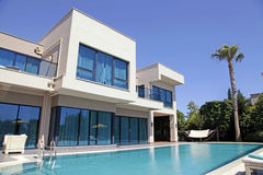 在现代别墅的游泳池 免版税库存图片