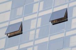 在现代办公室摩天大楼的两个开窗口 库存图片