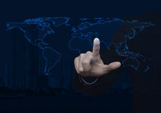 在现代办公室cit的商人感人的空白的全球性世界地图 库存照片
