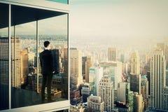 在现代办公楼的商人 免版税库存照片