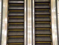 在现代办公楼里面的自动扶梯楼梯 库存照片