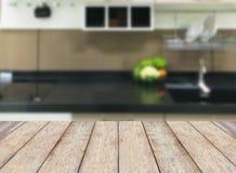 在现代厨房内部的木桌 免版税库存照片