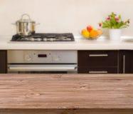 在现代厨房内部背景的午餐桌 库存照片