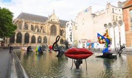 在现代和传统之间的巴黎 免版税库存照片
