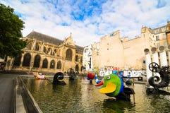 在现代和传统之间的巴黎 库存照片