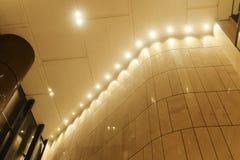 在现代商业大厦的被带领的光 免版税库存图片