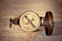 在现代地图的指南针 免版税库存图片